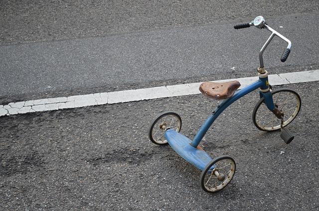 Quelle est la différence entre un tricycle et un vélo à roues latérales ?